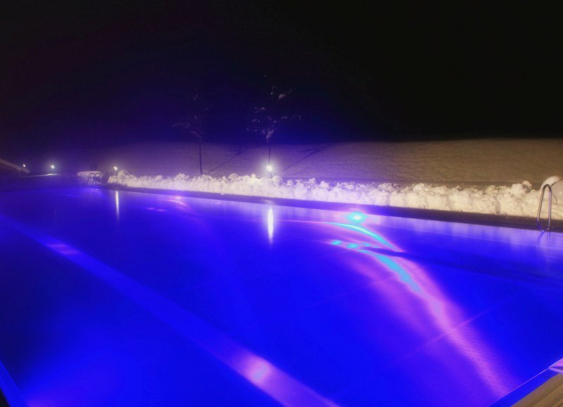 Pool im Winter am Abend