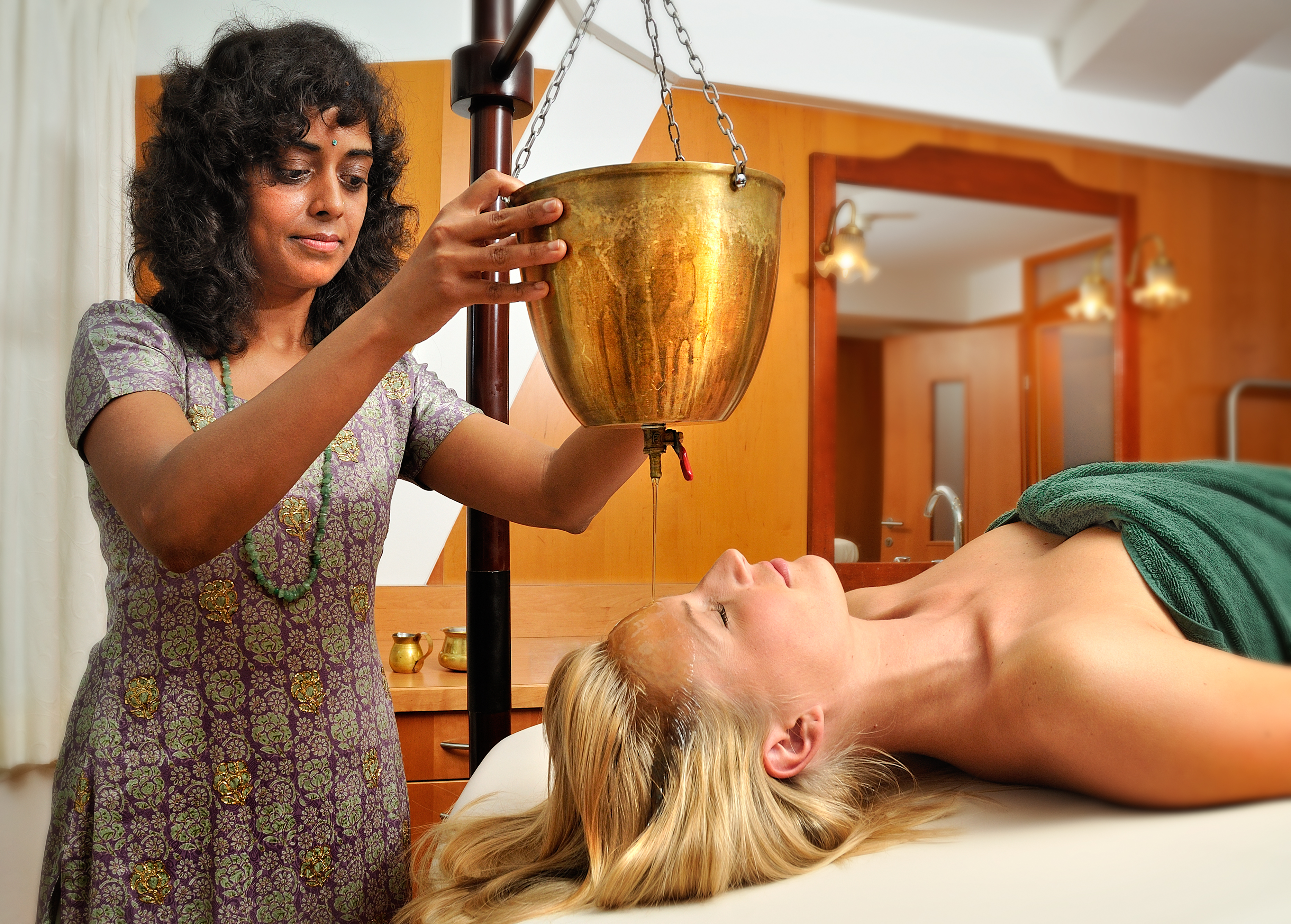 Warme Ölmassage im Ayurveda-Hotel in Tirol